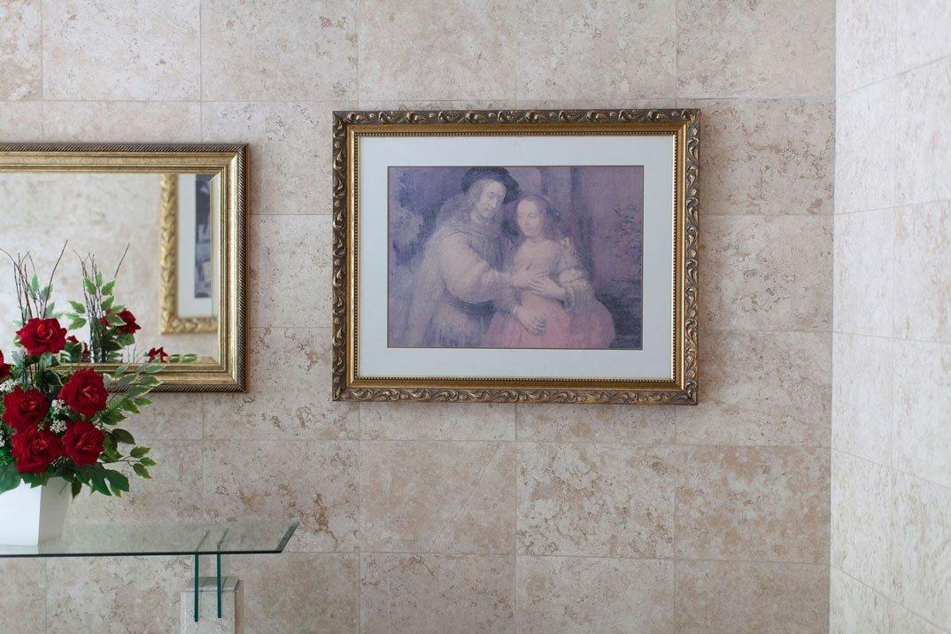 Entrada do hall social do bloco Rembrandt. Vista da reprodução da obra Isaac e Rebecca - A Noiva Judia, 2016, Fotógrafo: P.Ardid